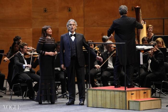 유명한 이태리 오페라를 부르고 있는 안드레아 보첼리.