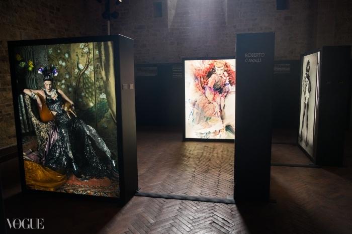 스티븐 마이젤, 크레이그 맥딘, 그리고 파올로 로베르시의 사진들이 걸린 피렌체&패션 전시의 로베르토 카발리 공간. ⓒ Proj3ct Studio