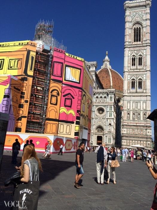 푸치의 기념비적 설치작품. 에밀리오 푸치가 산 지오반니(San Giovanni) 세례당에 바티스테로(Battistero, 세례당이라는 의미) 스카프의 칼라와 그래픽을 입혔다!