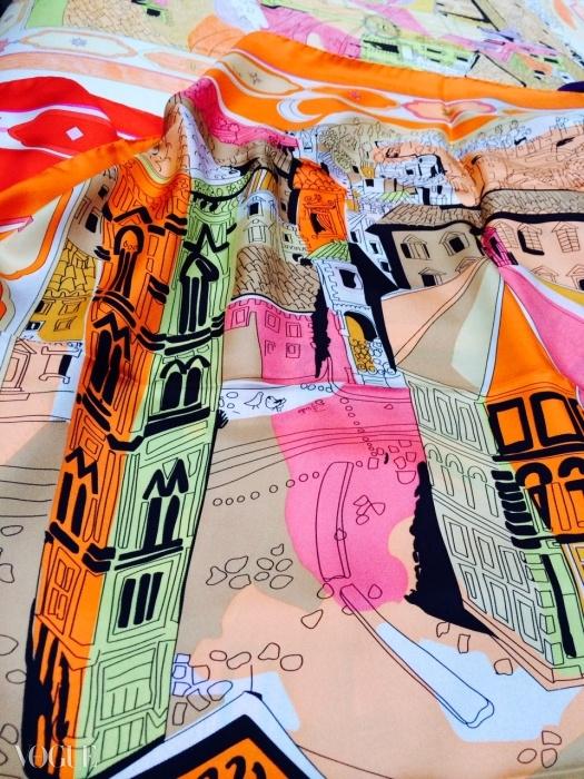 1957년 에밀리오 푸치가 디자인한 스카프의 디테일. 레몬 빛 노랑, 오렌지, 자홍색, 그리고 에밀리오 핑크 등 생생한 칼라로 해석된, 산 지오반니 광장 위에서 바라본 풍경이 담겨 있다.