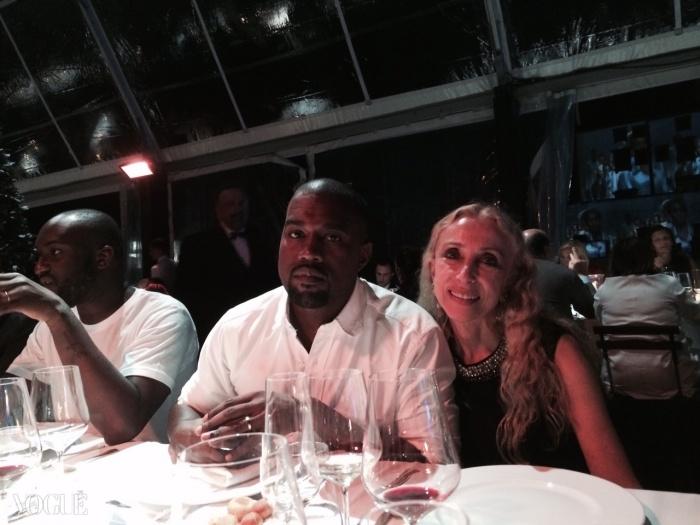 피렌체 시내가 내려다보이는 디너 파티장에서 포즈를 취한 프랑카 소짜니와 칸예 웨스트.
