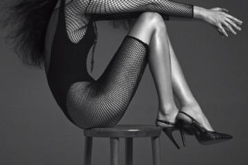 플리츠 스윔수트는 H&M, 망사 원피스는 레그에비뉴(Leg Avenue), 큼직한 샹들리에 목걸이는 샤넬(Chanel), 위빙 스틸레토 힐은 보테가 베네타(Bottega Veneta).