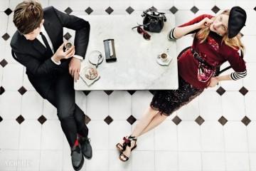 CAFÉ SOCIETY스페인 예술가들이 모이는 '바 알레그리아'에서 사샤와 제임스의 랑데부가 이뤄졌다. 사샤의 시퀸 장식 스웨터와 드레스는 루이 비통(Louis Vuitton), 스트라이프 톱은 프로엔자 스쿨러(Proenza Schouler), 베레모는 아메리칸 어패럴(American Apparel), 벨트는 오스카 드 라 렌타(Oscar de la Renta), 스트랩 샌들은 NO°21, 테이블에 놓인 버킷 백은 생로랑(Saint Laurent), 선글라스는 셀린(Céline). 제임스의 수트는 디올 옴므(Dior Homme), 셔츠는 발렌시아가(Balenciaga), 타이는 생로랑, 슈즈는 조지 콕스(George Cox).