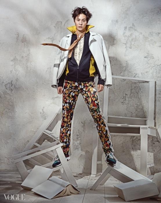 동전 프린트 실크 집업 점퍼는 돌체앤가바나(Dolce&Gabbana), 흰색 화이트 바이커 재킷은 자라(Zara), 옐로 컬러 배색의 블랙 집업 점퍼, 새 프린트 트레이닝 팬츠는 아디다스 오리지널스, 넥타이는 에트로(Etro), 스니커즈는 구찌.