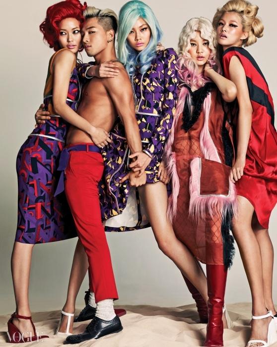 겨자색 니트가 섞인 슬립 원피스와 실버 바이어스가 테이핑된 그래픽 프린트의 보라색 원피스, 핑크색 염소털 장식 오간자 드레스와 빨강 새틴 드레스, 하양과 빨강 웨지힐은 모두프라다(Prada). 태양이 입은 빨강 팬츠는 스타일리스트 소장품, 벨트처럼 묶은 보라색 머플러는 프라다, 비즈 삭스는 생로랑(Saint Laurent), 징이 촘촘히 박힌 레이스업 슈즈는 아르마니(Armani).
