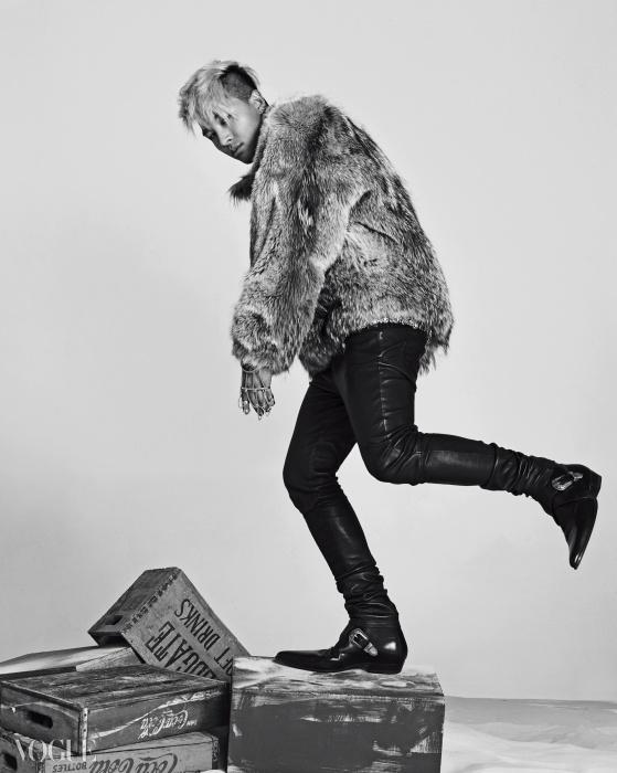 풍성한 여우털 톱은 크리스찬 다다(Christian Dada), 검정 가죽 팬츠와 웨스턴 부츠는 생로랑(Saint Laurent), 금색 단추 장식 벨트는 샤넬(Chanel), 반지와 팔찌가 연결된 금색 손 장식은 에디 보르고(Eddie Borgo at Mue).