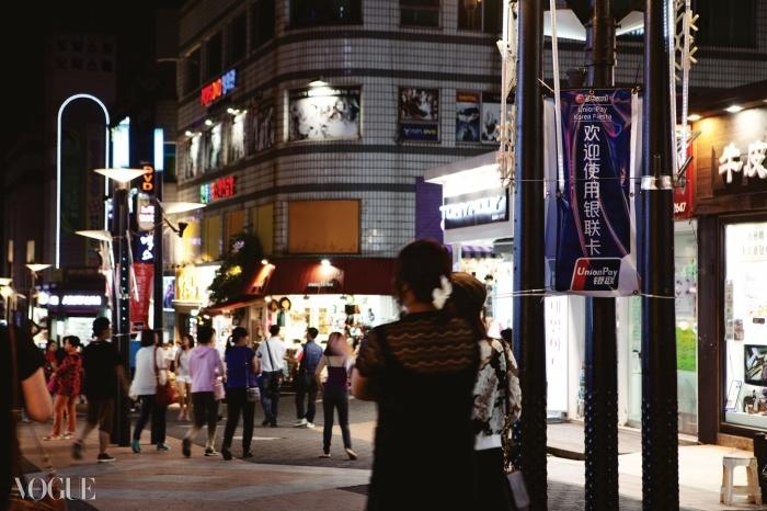 제주시 신시가지 연동의 유흥가가 중국인 관광객을 위한 거리, '바오젠 거리'로 탈바꿈했다. 마치 중국에 와 있는 듯한 이 거리는 최근 급상승하는 임대료 문제로 홍역을 앓고 있기도 하다.