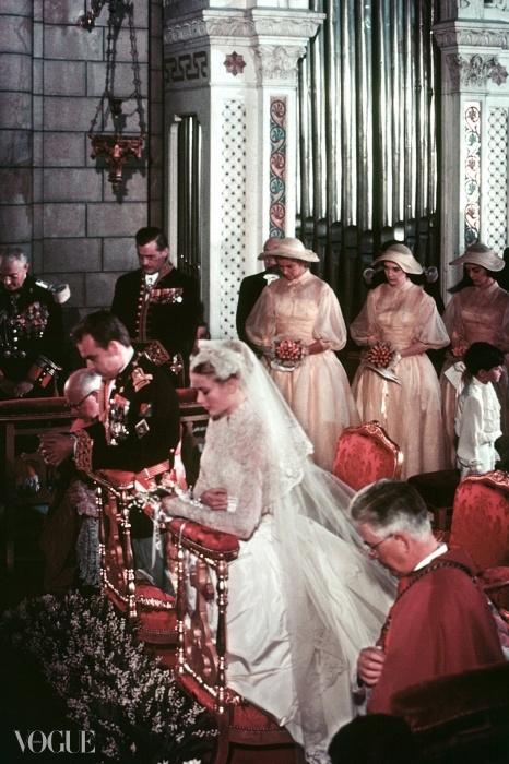 1956년 모나코 공국의 성 니콜라스 성당에서 결혼식을 올리고 있는 모나코의 그레이스 대공비와 레이니에 3세.