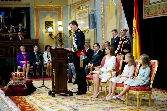 핑크색을 입은 아스투리아스 공주인 왕위계승자 레오노르와 파란색을 입은 그녀의 여동생 소피아 공주가 어머니와 함께 아버지의 스페인 왕 즉위식을 지켜보고 있다.