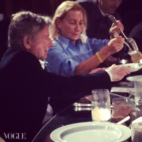 영화감독 로만 폴란스키와 저녁식사 중인 미우치아 프라다.