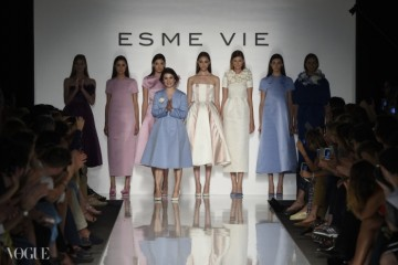 알타로마에서 디자이너 줄리아 보이텐코가 자신의 에스메 비 컬렉션 의상들 앞에서 무대 인사를 하고 있다. ⓒ Luca Sorrentino
