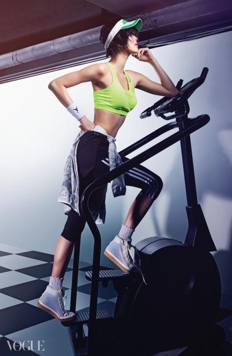 선바이저와 메시 소재 운동화는 아디다스 바이 스텔라 맥카트니(Adidas by Stella McCartney), 연두색 브라 톱과 허리에 묶은 바람막이는 리복(Reebok), 검정 쇼츠와 손목 밴드는 나이키(Nike), 레깅스는 아디다스(Adidas).
