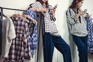 매장 피팅룸에서 실컷 옷을 입어보고 그 자리에서 스마트 폰으로 가격을 비교하는 쇼루머. 옷과 액세서리 모두 이자벨 마랑(Isabel Marant), 카페트는 더얀카페트.