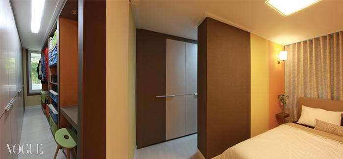 꾸밈바이의 조희선 이사가 룸 by 룸 형식으로 설계한 침실과 붙박이장.