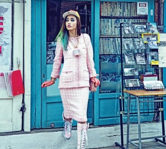 소녀 취향의 우아한 핑크빛 트위드 투피스를 입고 추억의 헌책방 앞을 둘러보다. 사탕 장식 투명 뱅글과 큼지막한 자물쇠 펜던트 골드 체인 목걸이, 인디언 핑크 망사 가죽 장갑, 핑크 체인백, 핑크 트위드 복싱 부츠 모두 특이하고 재미있다. 골드 캡은 MLB.