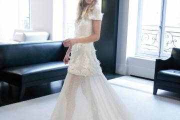패션 사교계의 새로운 공주 탄생! 카라 델레바인의 언니인 포피를 위해 비밀스러운 샤넬 공방이 문을 열었다. 그녀의 웨딩드레스를 위해 다섯 명의 재단사들이 400시간에 걸쳐 만든 드레스.