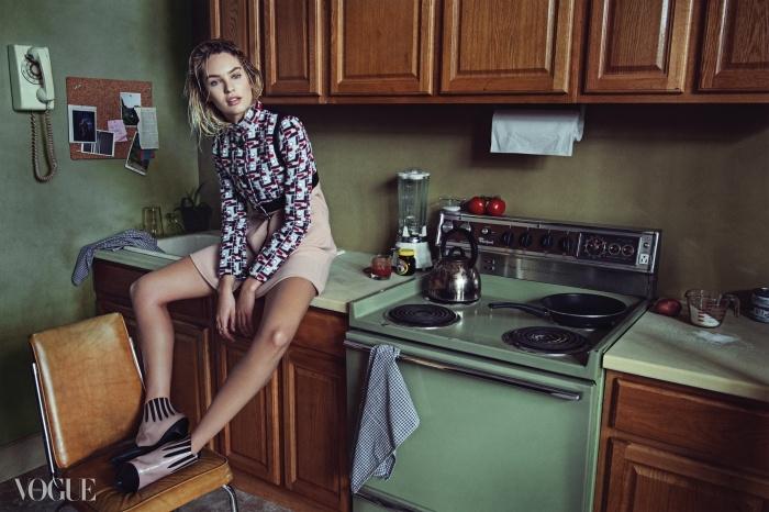 Home Goddess여신 같은 몸매로 새롭게 슈퍼모델 자리에 오른 남아프리카공화국 출신의 다크호스, 캔디스 스와네포엘. 늘씬한 다리 라인을 자랑할 수 있는 그래픽 패턴의 미니 드레스를 선택했다.