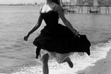 50년대 드레스를 입고 맨발로 달리고 있는 브리짓 바르도. 프랑스 칸, 1956년. ⓒ George W Hales/Getty Images