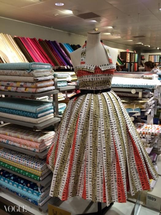 존 루이스는 특별판을 재생산하며 150주년을 기념하고 있다. 이 백화점의 옷감 코너에 진열된 이 드레스는 영화 에 나온 영국의 원단 디자이너 루시엔느 데이의 1954년 아카이브 드레스 옷감을 핀으로 연결해둔 것이다.