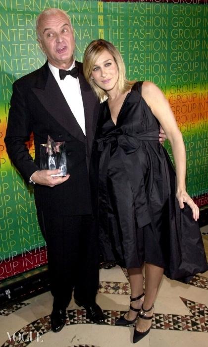 임신한 몸으로 마놀로 블라닉 하이힐 사이에서 균형을 잡고 있는 사라 제시카 파커. 그녀가 슈즈 디자이너인 마놀로 블라닉과 포즈를 취하고 있다. ⓒ Getty