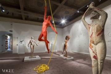 살바토레 페라가모 뮤지엄에서 열리고 있는 전에 전시된 균형을 묘사한 예술 작품.