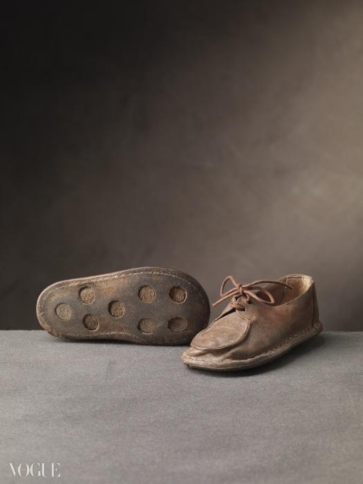 프리미 파시(이태리어로 '첫 걸음마')로 불리는 아기용 'Derby' 슈즈는 살바토레 페라가모가 특허 받은 미끄럼 방지 밑창이 깔린 갈색 송아지 가죽으로 제작됐다. 이는 어린 아들 페루치오 페라가모를 위해 디자인한 것이다. 1946년. ⓒ Arrigo Coppitz