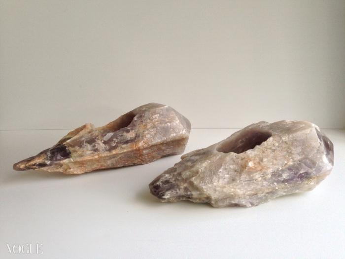 마리나 아브라모비치가 자수정으로 조각한 <Shoes for Departure>, 1991년. © Paris, Collection Enrico Navarra)