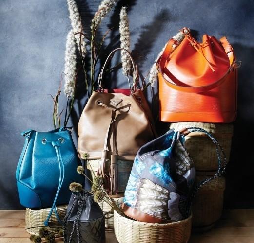 (왼쪽부터 시계 방향으로)다이아몬드 패턴을 응용한디아망 버킷백은 구찌(Gucci), 태슬 디테일이 돋보이는 태닝된브라운색 버킷백은 프라다(Prada), 비비드한 오렌지색에피 소재 노에 백은 루이 비통(Louis Vuitton), 프린트 실크스카프로 완성된 버킷 스타일의 백팩은 에르메스(Hermès),체인 스트랩이 장식된 미니 호보백은 샤넬(Chanel).