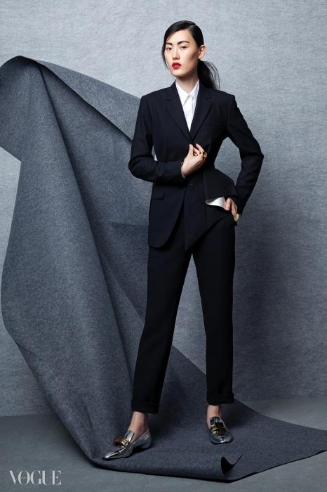 비대칭 재킷과 화이트 셔츠, 블랙 팬츠는 모두 띠어리, 은색 로퍼는 로저 비비에, 반지는 모두 토즈.