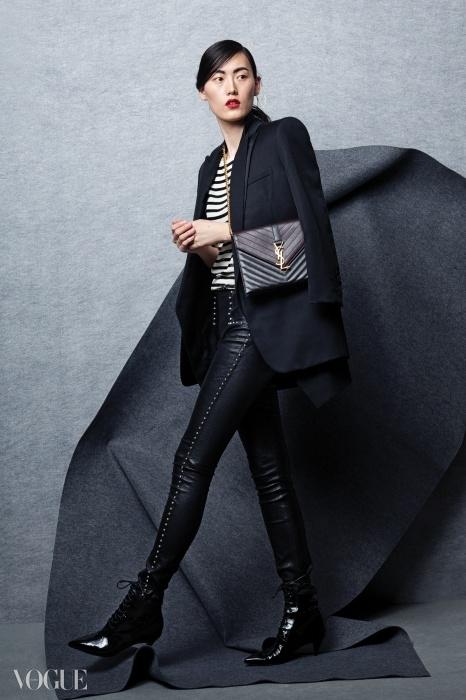 블랙 턱시도 재킷과 스트라이프 톱, 스터드 장식 가죽 팬츠, 체인백, 키튼힐 부츠는 모두 생로랑.