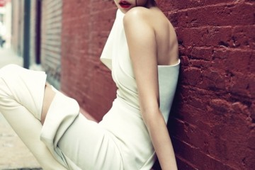 한쪽 어깨를 드러낸 흰색 언밸런스 드레스와 무릎까지 올라오는 싸이하이 부츠의 우아하고 섹시한 만남.