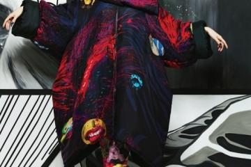 야스토 사사다의 기괴한 일러스트, 핏빛으로 채색된 거대한 오버 사이즈 패딩 코트야말로 올겨울 요지 야마모토 컬렉션의 키 아이템이다.