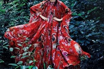 꽃, 새, 부엉이가 프린트된 빨강 실크 슬리브리스 롱 드레스와 실크 케이프. 숲속 요정이 나타난 듯 드라마틱한 패션 신을 연출한다.
