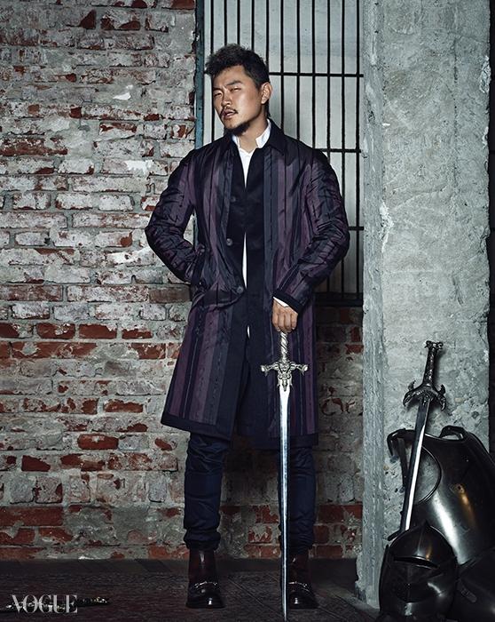 양동근의 스트라이프 새틴 코트는 버버리 프로섬(Burberry Prorsum), 흰색 셔츠는 디올 옴므(Dior Homme), 벨벳 팬츠와 체인 장식 앵클 부츠는 구찌(Gucci).