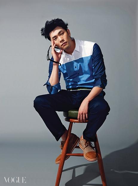 컬러 블록 셔츠와 네이비색 팬츠는 우영미, 밤색 구두는 어그, 검정 뿔테 안경은 리에티, 레트로 바 스툴은 인디테일.