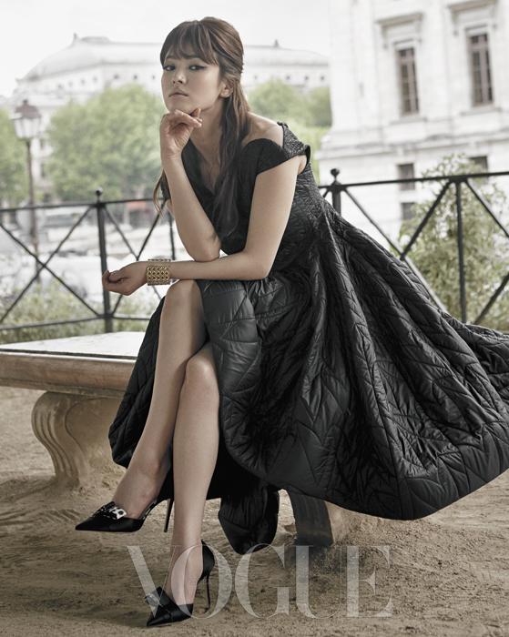 올록볼록한 퀼팅 디테일이 돋보이는 풍성한 블랙 패딩 드레스가 드라마틱한 실루엣을 연출한다.