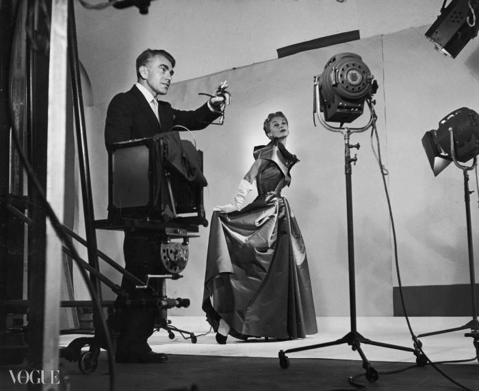 1949년, 리사 폰사그리브스와 함께 한 패션 촬영을 지휘하고 있는 호르스트. ⓒGetty