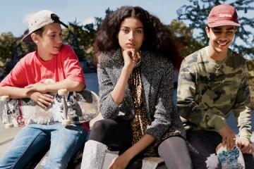 에디 슬리먼은 스트리트스타일을 하이패션과접목시키면서 새로운변화를 몰고 왔다.모델 이만 하만(ImaanHammam@DNA)이 입은재킷과 드레스, 부츠는 모두생로랑(Saint Laurent).