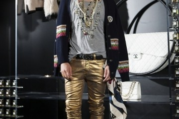 지드래곤이토록멋진월드와이드샤넬 전시에슈퍼 패셔니스타지드래곤이 빠질 수 없다.색색의 카디건과금색 데님 팬츠는 크루즈 컬렉션,진주가 잔뜩 달린 목걸이와 데님 모자는 파리 달라스 컬렉션.