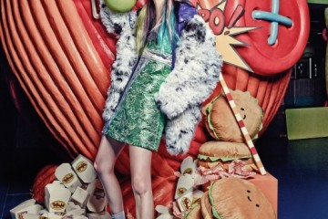대리석 느낌의 반짝이는 연두색 민소매드레스와 보라색 아노락, 복슬복슬한 양털재킷은 모두 미우미우(Miu Miu),흰색 그물망 장식의 스트라이프 비니는번스톡스피어스(Bernstock Speirsat Beaker), 골드 메탈 장식의 다크 그린색로퍼는 마르니(Marni), 커다란 햄버거쿠션들은 코튼푸드(Cottonfood).