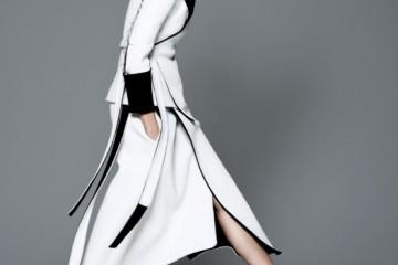 CHOP-CHOP피비 파일로의 부드럽게 찰랑이는 미디 스커트 차림이라면 상쾌하게 한 걸음 내디딜 수 있다.안팎이 흑백으로 대비되는 재킷과 스커트, 커다란 귀고리, 페이턴트 플랫폼 슈즈는 모두 셀린(Céline).