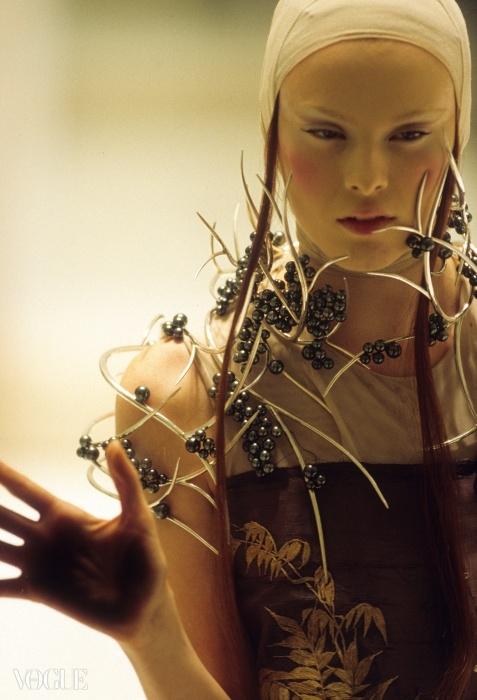 숀 린이 만든 타히티 진주 네크피스. 알렉산더 맥퀸2001년 봄 컬렉션. ⓒ Anthea Sims