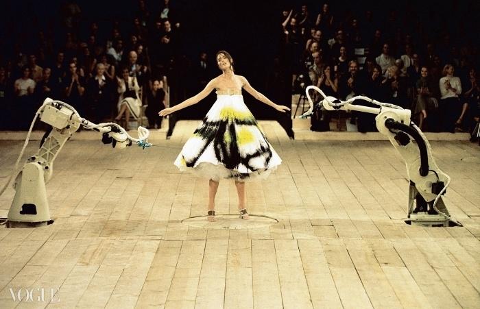 스프레이 방식으로 칠해진 드레스 No. 13 차림의 샬롬 할로. 1999년 봄 컬렉션.