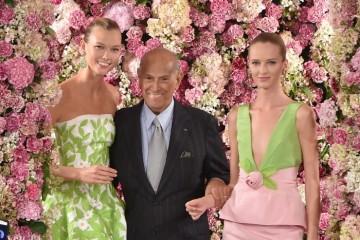 디자이너 오스카 드 라 렌타(중앙)와 모델 칼리 크로스(왼쪽)와 다리아 스트로쿠스가 그의 마지막 쇼인 2015 S/S 컬렉션 피날레에 함께 한 모습. © Getty