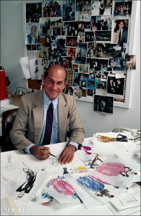 오스카 드 라 렌타와 그의 디자인들. 1985년 6월. © Getty
