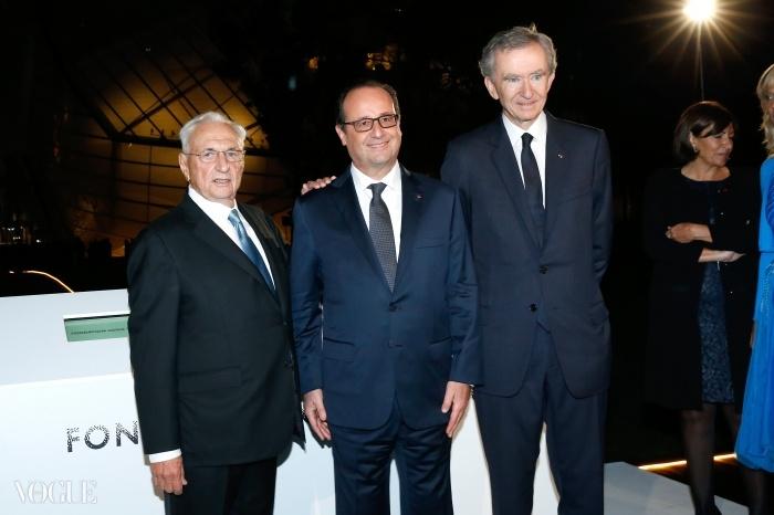 왼쪽부터 건축가 프랭크 게리, 프랑수아 올랑드 대통령, LVMH 그룹 CEO 겸 회장 베르나르 아르노. © Getty