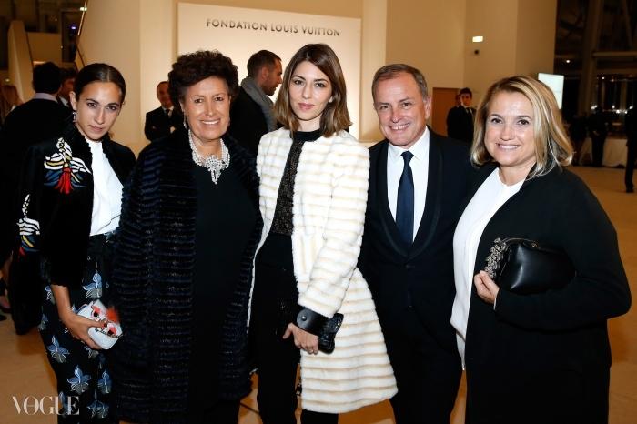 왼쪽부터 델피나 델레트레즈, 카를라 펜디, 소피아 코폴라, 루이 비통 회장 겸 CEO 마이클 버크, 실비아 펜디. © Getty