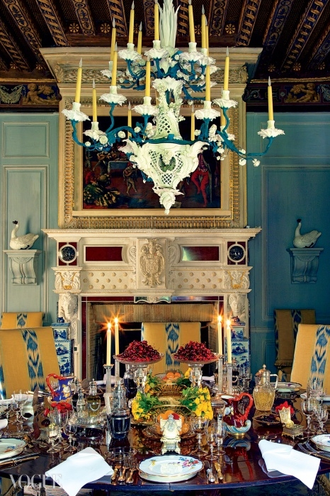 와이드빌. 페인트 칠한 철판과 포셀린으로 만든 18개의 가지로 뻗은 샹들리에(마이센, 19세기)가 테이블 위에 매달려 있다. 테이블에는 프랑스산 은도금의 접시와 스탠드(by G. Keller, 파리, 19세기 후반)가 놓여있다. 황실 허가증 아래에 'Fabergé' 마크가 새겨진 컷 글라스 'Tazze'(높은 굽이 달린 큰 접시) 한 쌍, 약 1885년. © 오베르토 길리