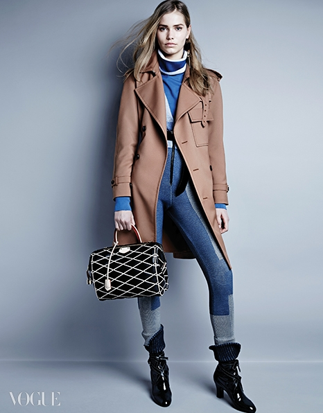 커스틴 크라프 릴예그렌이 입은 독특한 보디수트 룩.스포티한 하늘색 니트 소재 보디수트와클래식한 트렌치코트가 절묘한 조화를 이룬다.