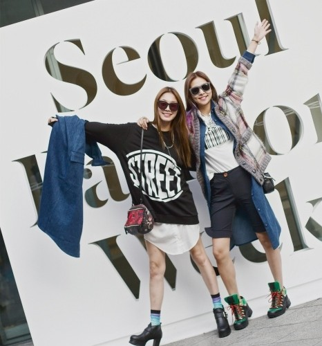 선글라스와 프린트 티셔츠, 롱 데님셔츠! 마치 드레스 코드를 약속이라도 한 듯한 스트릿 걸즈, 고소현과 송해나!